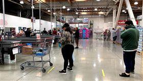 美國規定社交距離6英尺美國成為武漢肺炎疫情重災區,政府要求大眾保持6英尺(約183公分)的社交距離。中央社記者林宏翰洛杉磯攝  109年4月4日