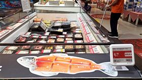 新發地市場爆疫情 北京全面下架鮭魚北京市豐台區新發地批發市場爆發疫情,官方從市場內切割進口三文魚(鮭魚)的玷板發現2019冠狀病毒後,北京13日已全面下架三文魚。圖為豐台區一間超市。(中新社提供)中央社 109年6月13日