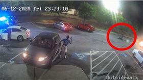 停在得來速上睡著!非裔男遭警開槍身亡…首長愧疚下台(圖/翻攝自YouTube)