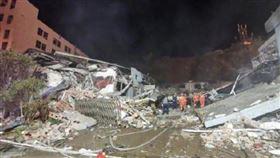油罐車爆炸已18死!200棟民宅遭炸毀…現場畫面超驚悚(圖/翻攝自人民日報微博)