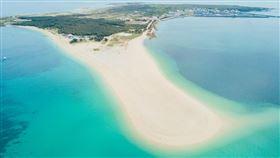 澎湖是台灣最受歡迎的離島,其中吉貝沙尾綿延的貝殼白砂,濃濃的海島度假風情。(圖/雄獅提供)