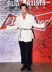 小鬼黃鴻升出席百威啤酒重磅聯名潮品全系列。(記者邱榮吉/攝影)(喝酒不開車)