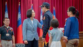 總統蔡英文頒奬給殉職鐵警李承翰的姊夫莊貽麟。(圖/總統府提供)