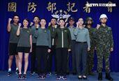 陸軍司令部研改團隊完成各式服飾。(圖/記者邱榮吉攝影)