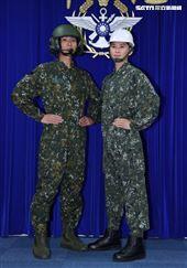 陸軍司令部研改團隊完成「專用服裝」。(圖/記者邱榮吉攝影)