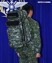 陸軍司令部研改團隊完成特戰戰術背包。(圖/記者邱榮吉攝影)