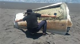 宜蘭海邊驚見巨大錐狀物(圖/翻攝畫面)