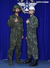 陸軍司令部研改團隊完成「戰車成員防火服」透氣機能布,大幅提升防火效能。(記者邱榮吉/攝影)