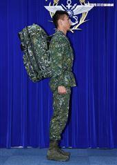 陸軍司令部研改團隊完成特戰戰術背包。(記者邱榮吉/攝影)