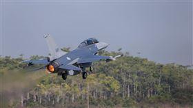 空軍第四聯隊在嘉義空軍基地演練,戰機,F-16V(圖/翻攝自國防部發言人FB)