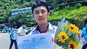 孫安佐高中畢業。(圖/翻攝自IG)