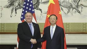 CNN報導,美國國務卿蓬佩奧(左)17日將在夏威夷希卡姆空軍基地,會見中共中央外事工作委員會辦公室主任楊潔篪(右)。(檔案照片/中新社提供)