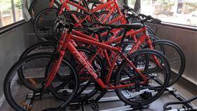 自行車專用巴士可以承載15輛自行車。(圖/記者陳宜加攝影)