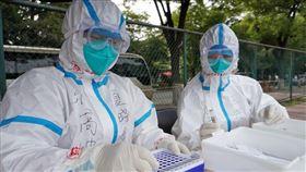 自6月13日起,北京已經對新發地等出現疫情的市場人員、周邊小區居民、大數據排查涉疫市場人員、社區敲門行動中主動報告有關接觸史的人員以及全市各農貿市場工作人員約35.6萬人進行了核酸檢測。(圖/翻攝自人民日報臉書)