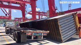 基隆港2只貨櫃突掉落砸毀拖車版架。(圖/翻攝畫面)