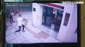 台北市中山分局中山一派出所大門玻璃遭砸。(圖/翻攝畫面)
