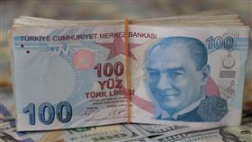 土耳其里拉匯率震盪後回穩土耳其貨幣里拉兌美元匯率22日震盪走貶。土耳其中央銀行25日喊話,強調將運用所有政策和工具,維持匯率穩定,里拉匯率應聲回穩。圖為土耳其里拉。中央社記者何宏儒安卡拉攝 108年3月25日