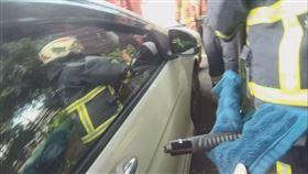 女童,受困車內,破窗,蘆洲,翻攝畫面