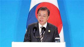 南韓總統文在寅24日表示,韓中日一致認為韓半島和平符合三國共同利益,並就共同促進北韓和美國早日重啟對話,推進半島非核化與和平進程取得實質性進展,達成共識。(韓聯社提供)
