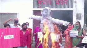 印度抗議群眾火燒習近平立牌、狂砸中國貨(圖/翻攝自Global News Youtube)