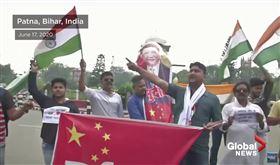 印度掀「抵制中國貨」運動,火燒五星旗、習近平人形立牌、狂砸中國製產品。(圖/翻攝自Global News Youtube)