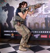 軍武安妮現場表演3分鐘步槍拆解數。(記者邱榮吉/攝影)