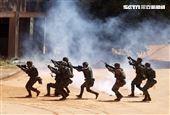 陸軍特戰指揮部特戰第一營實施「戰術任務行軍訓練」,展現「忠義驃悍、勇猛頑強」的精神。(圖/記者邱榮吉攝影)