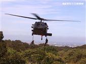 UH-60黑鷹直升機實施特戰人員垂降滲透。(圖/記者邱榮吉攝影)