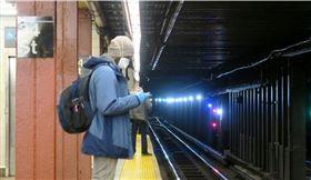 根據18日刊出的一份研究顯示,人體感染新型冠狀病毒康復後,體內的抗體恐只能維持2到3個月。圖為紐約地鐵乘客戴口罩與手套防疫。(中央社檔案照片)