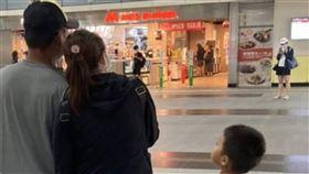 在台遇真愛  失聯女移工自行到案越南女移工阿姍(化名)在越南離婚,為了撫養一對兒女,隻身來台從事看護工作,為了賺更多的錢成為失聯移民工;近日在台灣男友陪同下投案,移民官協助她辦理跨國婚姻及來台依親居留等程序。(移民署屏東專勤隊提供)中央社記者郭芷瑄傳真  109年6月19日