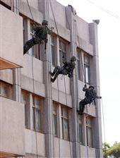 特戰弟兄針對大樓全身輕便裝快速攀登繩索下降。(記者邱榮吉/湖口拍攝)