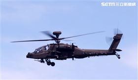 AH-64阿帕契直升機進入火力壓制,掩護黑鷹進行人員垂降滲透。(記者邱榮吉/湖口拍攝)