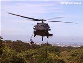UH-60黑鷹直升機實施特戰人員垂降滲透。(記者邱榮吉/湖口拍攝)