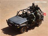 特戰突擊車及雲豹八輪甲車提供火力掩護。(記者邱榮吉/湖口拍攝)