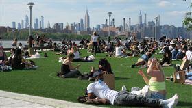 紐約疫情趨緩 民眾群聚公園享受陽光紐約市近期疫情緩和,民眾群聚布魯克林區多米諾公園,在草坪圓圈內享受夏日陽光。中央社記者尹俊傑紐約攝 109年6月20日