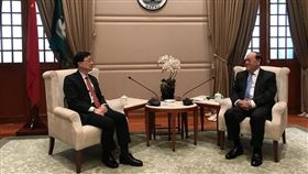 香港保安局局長李家超(左)19日訪問澳門,了解當地在維護國家安全方面的工作及最新發展。(圖/翻攝自香港政府新聞網網頁news.gov.hk)