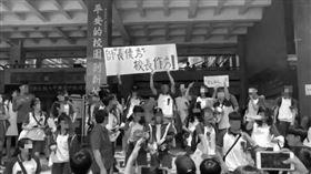桃園,國中,校長,下台,游泳池,抗議,畢業典禮(圖/翻攝畫面)