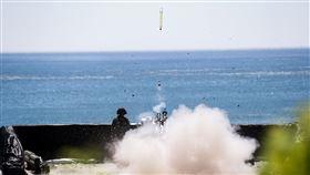 國軍於屏東九鵬地區實施飛彈射擊照、影片,計有拖式飛彈、刺針飛彈、復仇者飛彈系統及雷霆2000火箭等武器裝,國防部提供