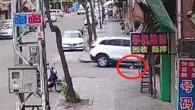 4歲童遭休旅車輾斃!監視器還原真相 肇事兇手是親外公…(圖/翻攝自新浪新聞)