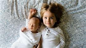 伴隨現代社會變遷的影響,無論男性或女性漸漸以事業為重,除了晚婚的現象日趨顯著,更有許多人以不生小孩或只生一胎為理想。日前就有網友以「覺得有兄弟姐妹的好處是什麼」為題發文,引發不少網友留言。 圖/翻攝自pixabay https://pixabay.com/photos/brothers-family-siblings-boys-love-457237/