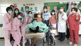 住院住好久…70歲癌末伯想家 醫院一招讓他笑了,圖/南投醫院提供