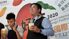 台南芒果外銷量不減反增 黃偉哲特調飲品台南市長黃偉哲(右)21日到台北出席「台南國際芒果節」活動,他說,雖然今年全球受到疫情影響,台南芒果外銷量卻不減反增,現場他也親手特調「芒果奶蓋」並暢飲。中央社記者張雄風攝 109年6月21日