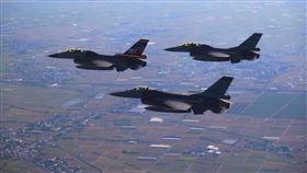 蔡英文臉書分享F16飛行照片(圖/翻攝臉書)