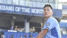 鍾承翰昨(21日)赴新莊棒球場為富邦悍將幫球棒開球。圖/經紀人提供