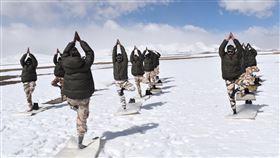 印度士兵練瑜珈。(圖/翻攝自印藏邊防警察ITBP臉書)