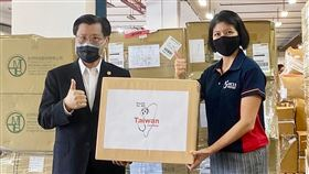 台灣捐贈新加坡110萬片口罩台灣22日捐贈100萬片醫療級口罩與10萬片N95口罩給新加坡國家福利理事會,圖為駐星代表梁國新(左)與新加坡國家福利理事會總裁陳麗珊(右)合影。(駐新加坡台北代表處提供)中央社記者黃自強新加坡傳真 109年6月22日