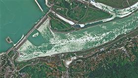 三峽大壩變形恐潰堤?衛星雲圖曝光 圖翻攝自微博