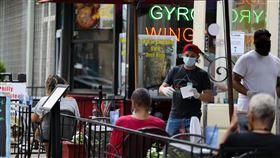 美國華府第2階段經濟重啟  開放健身房餐廳內用美國首都華盛頓22日進入第2階段經濟重啟,允許餐廳開放內用服務,但人數須控制在空間容量50%內。不過許多消費者還是選擇戶外座位,降低染疫風險。中央社記者徐薇婷華盛頓攝  109年6月23日
