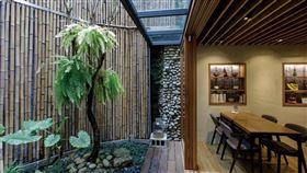 坐進有陽光、微風和植物,彷彿會呼吸的老宅裡,從食物到空間,都療癒了身心。(圖/陳晉生提供)