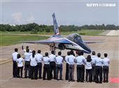 中科院及漢翔公司的研發團隊迎接「勇鷹」首飛成功。(記者邱榮吉/台中拍攝)